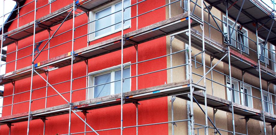 Haus mit Gerst, Fassadenanstrich halb fertig